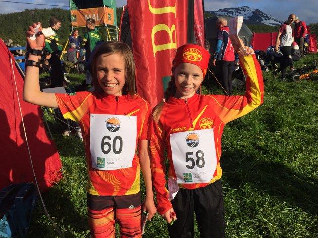 JUBELJENTER: Ronja Gotsch Larsen (10) og Eline Bernhardsen (10) jubler for fullført løp.