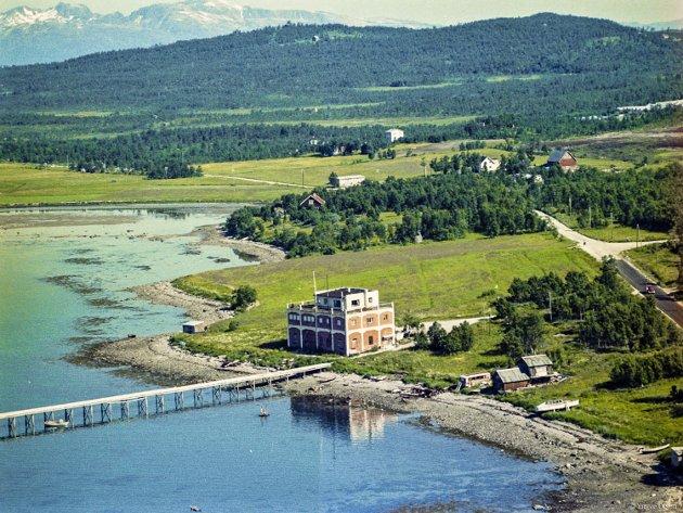 Tangmelfabrikken fra en gang etter 1957. Det er fortsatt god plass på vestsiden av øya.