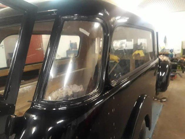 KJØP: Bilen er opprinnelig kjøpt av Hemse Kyrkoforsamling på Gotland i 1956.  Solgt til Visby Bilmuseum 26. september 1976. Lagret til den ble solgt til Git og Lennart Åkesson i 2012. Solgt til Hartvigsen begravelsesbyrå oktober 2017. Ferdig restaurert mai 2019.