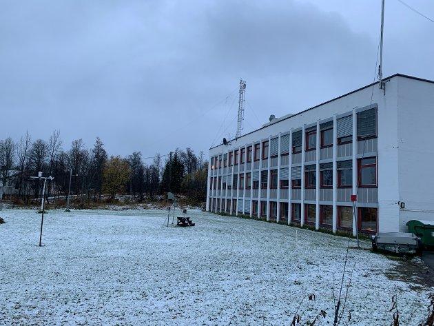 På utsiden av Meteorologisk institutt ligger et hvitt teppe.