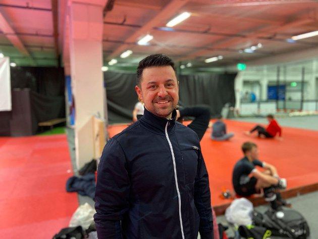 VILLE PRØVE: Adrian Balteanu har drevet med kickboksing. Med MMA i tillegg blir det totalt fire treninger i uken.  – Det går men man må prioritere. Jeg har kone også, ler Balteanu.