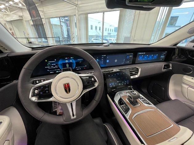 MODERNE: Inne i bilen får du fire store skjermer og et moderne interiør. Trondsen forteller at det eksklusive materialvalget er med på å gjøre bilen mer attraktiv.