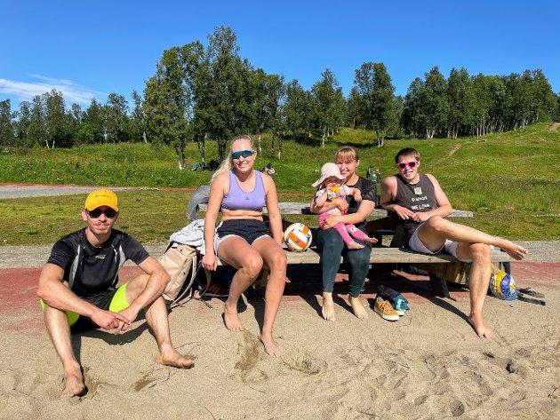 CHARLOTTENLUND: Kai-Uwe Eiselt (28), Andrea Holbo (27), Sandra Petrosiute (29) og Paul Philip (24) ventet på tur ved volleyballbanen på Charlottenlund.