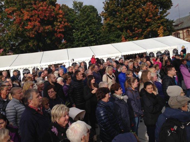 Folk strømmer til Gjøvik sentrum for å ta del i Akevittfestivalen.
