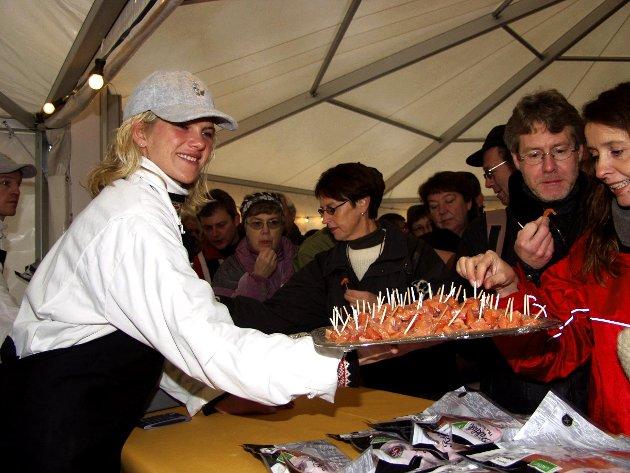 2003, SMAKSPRØVER:Randi Røn fra Valdres fiskeoppdrett delte ut mer enn 35 kg med smaksprøver fra sin stand.