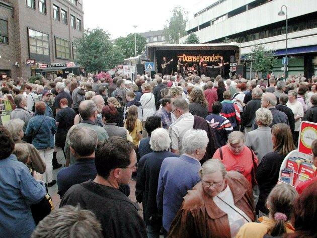IKKE HVERDAGS: Det er lenge mellom hver gang Gjøvik sentrum er så full av folk som under det årlig nattåpent.