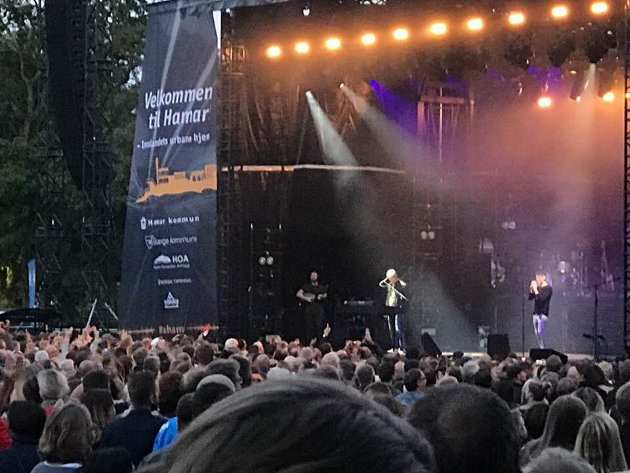 FYLLER SENTRUM: A-ha i aksjon på Stortorget i Hamar tirsdag.  Burde det ha vært på Gjøvik de spilte?