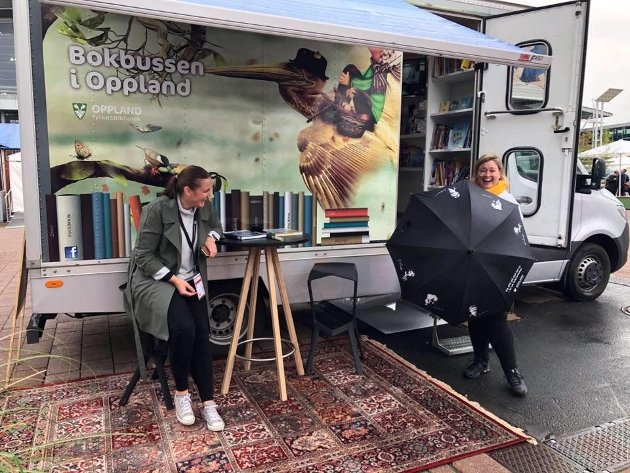 Silje Torp og Anne-Marte Kolbjørnshus ved bokbussen som var sentralt plassert under bokmessa.