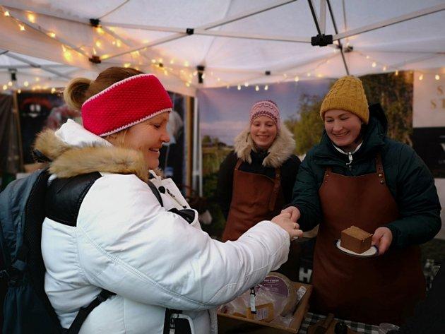 Anna Karoline Ness og Sofie Bolstadbråten selger mat fra Valdres. Her med Therese Næss (til venstre).