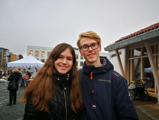 TRIVES: Jenny Betina Hamilton Narum Paulsberg og Aron Andre Støback Ødegård trives på Jul på Gjøvik gård.