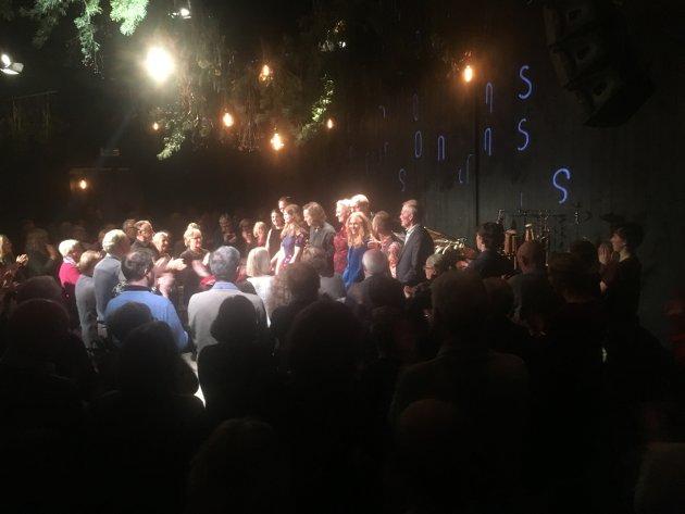 FEST: Et feststemt publikum hyllet musikerne under Resonans' 10-årsjubileum på Friscenen i Gjøvik kulturhus. FOTO: Martin Bækkelund