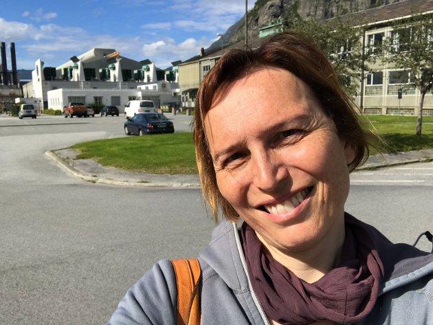 Metallindustrien viser evne til å ta gode klimavalg og er en viktig del av det fremtidige industrielle Norge, sier Karina Ødegård, her avbildet foran Hydro Aluminium på Sunndalsøra.