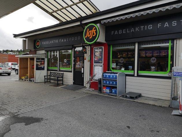 DET ENE ELLER ANDRE? Er det et spisested med drivstoffpumper, eller en bensinstasjon med franchise-kjøkken? Uansett ingen dum kombo.
