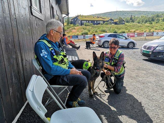 REDNINGSHUND: Bjarne Skundberg fra Biri og Trine Teien fra Åbjøra var med i søket på morgenen. Hunden til Trine heter Jarra.