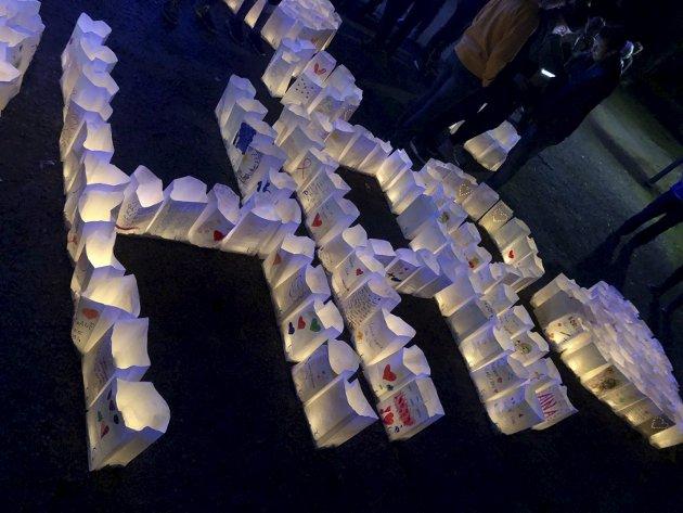 Håp: Mange skjebner og historier ble delt gjennom lysposene som dannet et håpets budskap på Gjøvik Gård lørdag kveld.arkivbilde