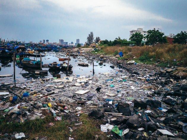 OPPRYDDING: - Det vil monne mye mer å legge ansvaret på produsenter, som i tillegg til å produsere plast slipper ut store mengder klimagasser. Og det er myndighetene som må regulere dette, mener SV.