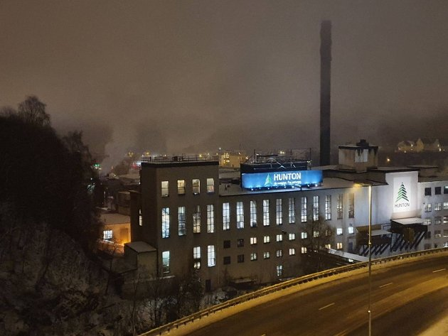 HJØRNESTEIN: Hunton Fiber AS er fabrikken som nektet å dø. En riktig oppløftende bedriftshistorie for industribyen ved Hunnselva, der en av de mest tradisjonsrike fabrikkene nå produserer på full kapasitet, døgnet rundt, året gjennom.