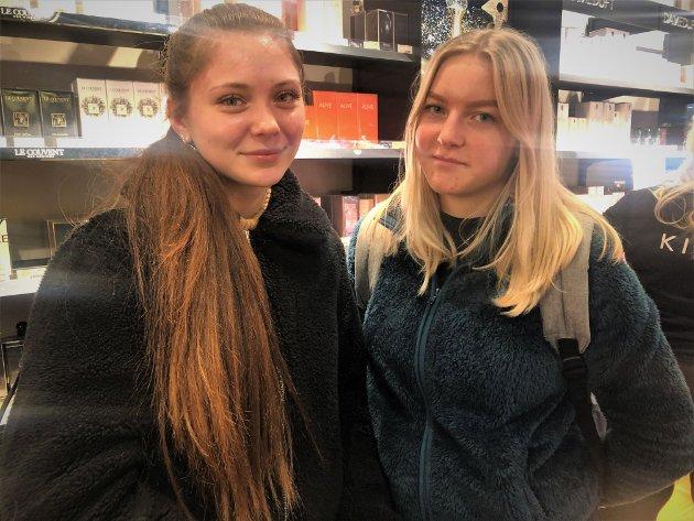 PÅ PARFYMERIET: Gjøvik-jentene Michelle Clausen (17) og Ida Johansen (17) var innom parfymeriet Kicks på søndag og luktet seg fram.  – Vi er ute og ser litt. Driver med de siste julegavene nå, forteller de.