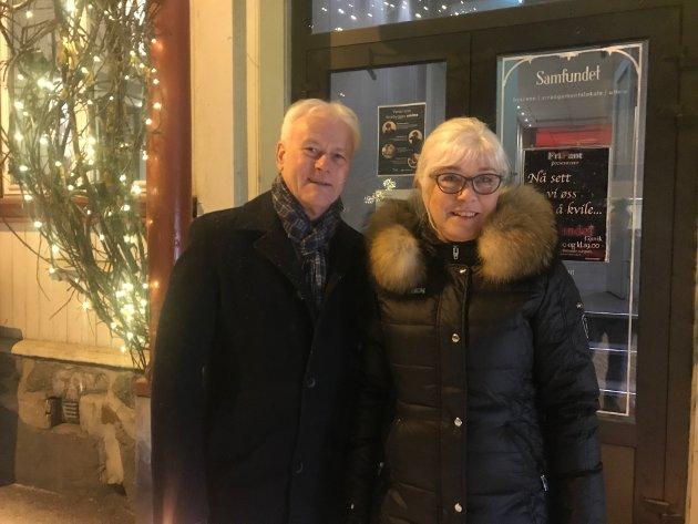 VENTET SPENT: Ulf Kolbergsrud og Hild Kristin Borge hadde sikret seg billett. – Det er så fint at det skjer noe i disse dager. Vi har kost oss i jula, men nå var det hyggelig å ta seg en tur ut, sa de.
