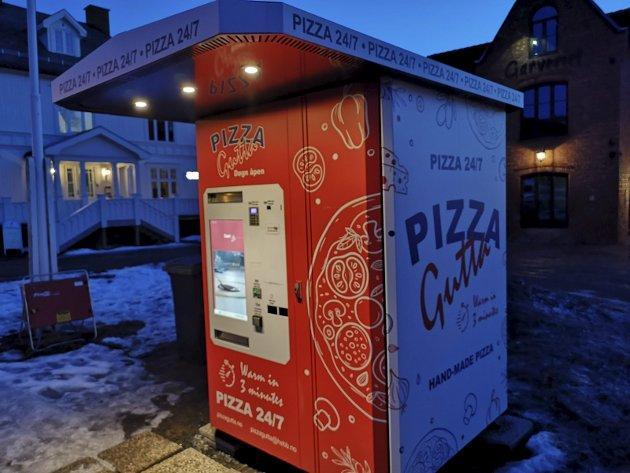 LYSER OPP: Her er Pizza Guttas pizza-automat på Roa. Et noe uvanlig «spisested», men vi ville teste hva den har å by på.