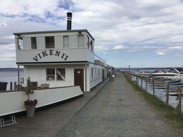 BÅT PÅ LAND: Restauranten Viken II i Evjua Strandpark danner et artig innslag i et mangeartet friluftsområde. Her blir gjestene godt ivaretatt – og såvisst ikke med biffsnadder eller andre kjedelige retter.