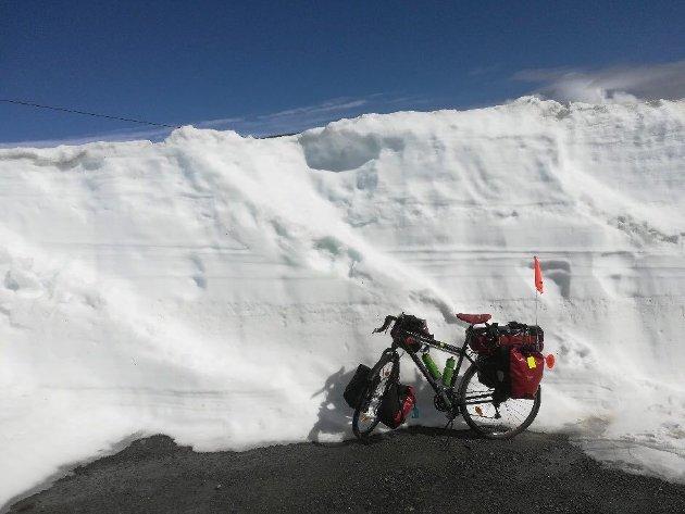 OPPLEVELSER: - Over Valdresflye opplevde jeg brøytekanter på opptil 6 meter. Over Sognefjellet kanter på opptil 8 meter. Magisk, skriver Simen Moe.