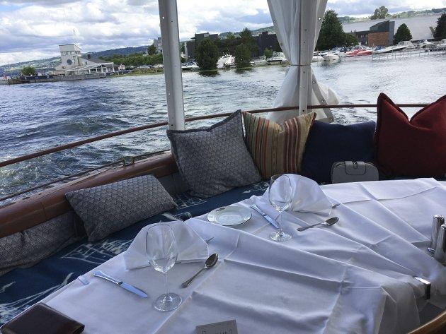 LEKKERT: Skibladner sparker godt fra idet den legger ut fra Gjøvik. Det er dekket på til to helt akterut på skipet – i den såkalte «rundingen».