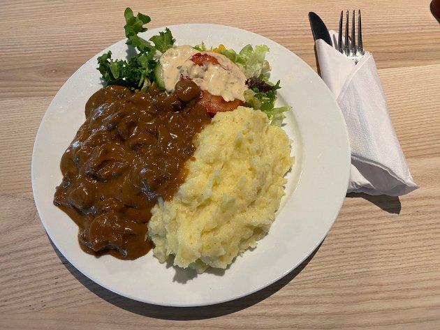 BIFFGRYTE: En helt grei, men ikke særlig spennende biffgryte. Salaten er uinspirert, biffgryta er kjedelig og potetmosen kunne trengt litt mer smør og en kvast med persille.