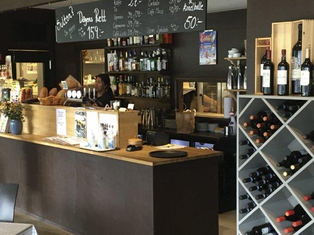 LITT AV ALT: Ved disken finner du lokalt bakt brød, lokalt brygget øl, men også en rekke lekre viner fra den store verden.