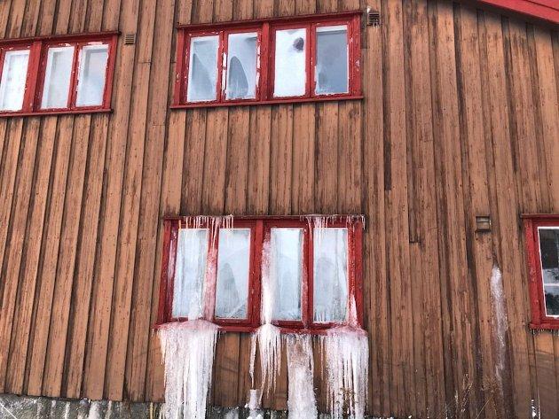 UTVIKLING: - Det tok 20 år i Gran kommunes eie fra prakteiendom til ruin, mener artikkelforfatteren om denne sentrumseiendommen.