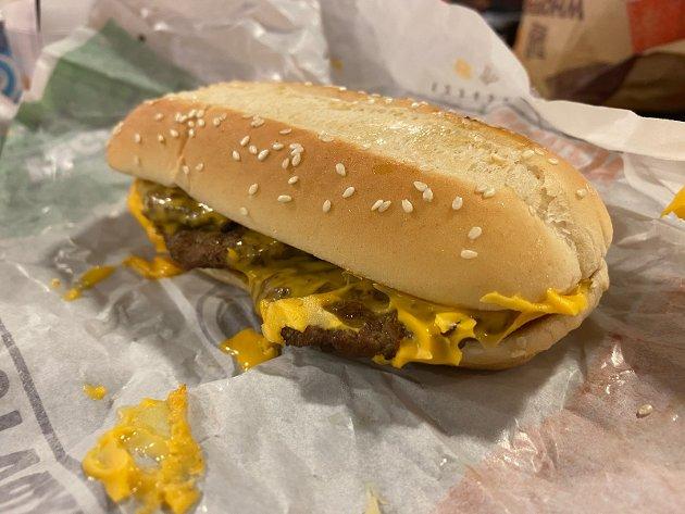 DÅRLIG: Rått brød og kald burger er rett og slett langt under pari av Burger King.