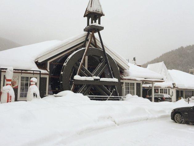 LANDEMERKE: Møllehjulet ved Fagernes Gjestegård er et kjent landemerke. Prinsessa og Kæll'n stakk innom en vinterdag for en litt tidlig middag.