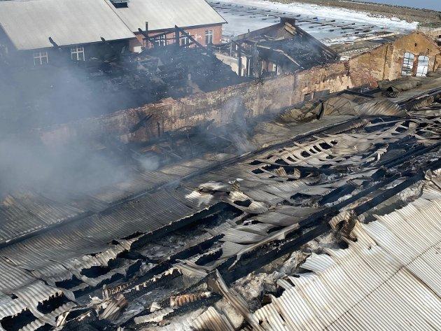 STORE ØDELEGGELSER: Taket på deler av bygningen ser slik ut fra lufta.