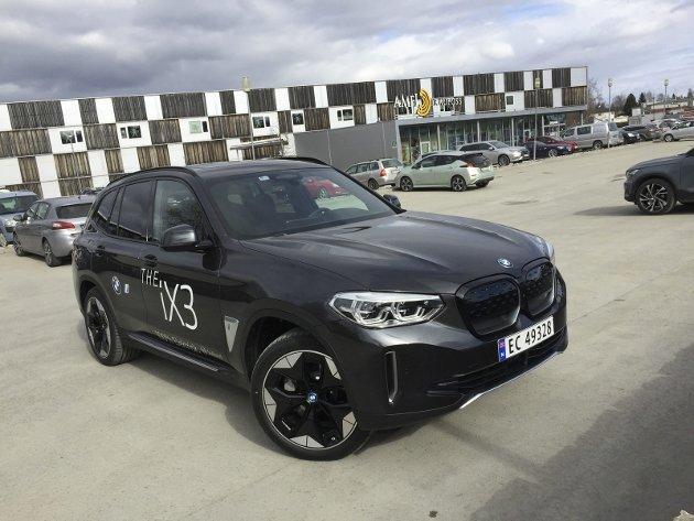 IKKE SÅ VANLIG LIKEVEL: BMW iX3 ser langt på vei ut som en vanlig BMW-SUV. Men dette er en elbil med helt andre egenskaper.FOTO: ØYVIN SØRAA