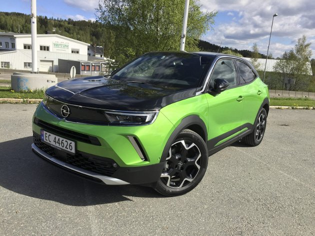 ARTIG EFFEKT: Nye Opel Mokka-e har tøffe og egenartede linjer. Sortlakkert panser minner om en Rallye Kadett fra 60-/70-tallet.FOTO: ØYVIN SØRAA