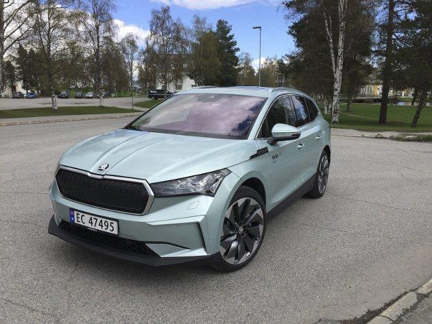 PEN I TØYET: Skodas nye store el-SUV Enyaq har kraftfulle og stilige linjer.FOTO: ØYVIN SØRAA