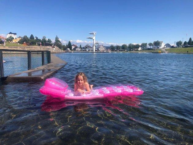 BEKREFTER VARMT BADEVANN: Tilma  Fotstad Stenslie (7) er en av de få som faktisk bader.  – Vannet er varmt, konstaterer hun.