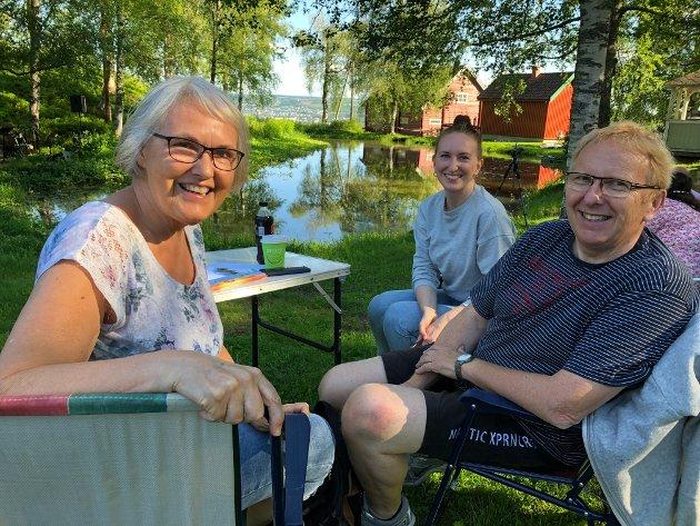 GJØVIK-FERIE: Ingrid Strand Endal (i midten) bor i Oslo, men er for tiden på en ukes sommerferie hjemme hos mamma og pappa Mette Strand Endal og Gunnstein Endal på Gjøvik. Santhansaften var de på Eiktunet. Torsdag skal de på Skibladner-tur.