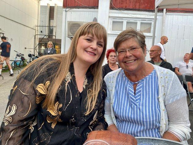 HOS SVIGERS: Karina Krogh er på besøk hos sin svigermor, Siri Gunn Simonsen. Hun er egentlig fra Bodø. – Det er godt å være ute på konsert, sier de.