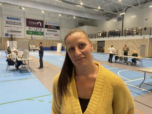 Elisa Thorleifsen (37) - Vindhallen – Det var litt vanskelig, ikke veldig. Man skal jo ikke ta lett på det. Jeg er for et regjeringsskifte og for meg sto det mellom SV og Rødt. Jeg vil ha et skifte nå. For meg er det viktig at de svakeste får styrket sine rettigheter. Jeg er svært opptatt av at karensåret fjernes.