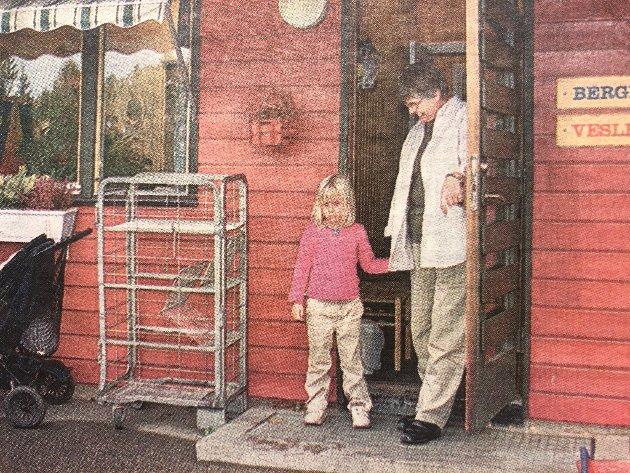 I Vevelstadåsen barnehage ble det innført gebyr for sen henting. Daglig leder Astrid Sæther passer på Cathrine Netskar (4).