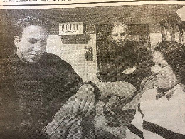 1995: Russepresident Daniel Johansen og visepresident Edle Mo i Follo-russens hovedstyre troppet opp på Ås lensmannskontor og beklaget bråket natt til 1. mai. I midten: lensmannsbetjent Jill Olsen.