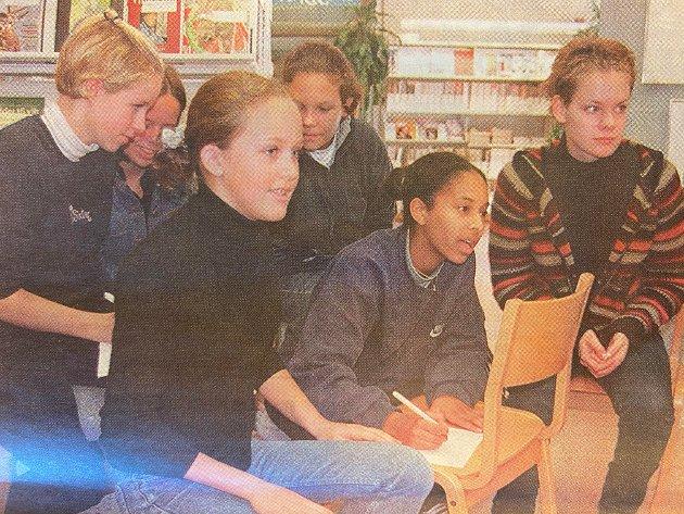 """KLARTE IKKE Å BLI HELT ENIGE: I 1998 var 9B-elevene Camilla Jensen (foran f.v.), Ellen Tesfai og Hege H. Østbøll, samt Carina Bilden (bak f.v.), Christina Eriksen og Marit Rønningsen i full diskusjon om kunstutsitllingen de var på.l """"Ei sol, et fjell eller en ørken"""" Eller kanskje månen?"""" Det var blant diskusjonene på bildet vi her ikke ser som ble diskutert."""