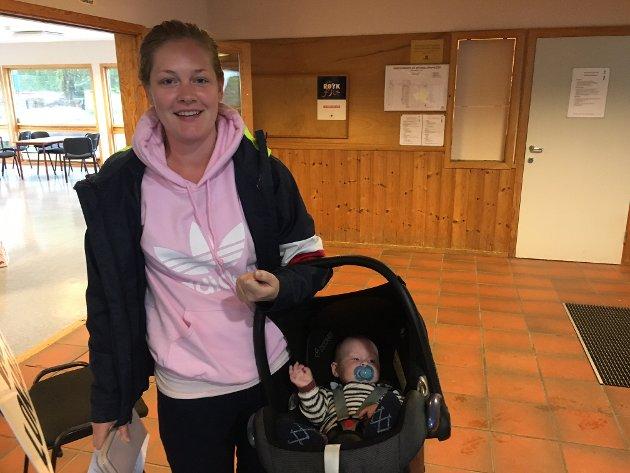 Tok med babyen: Charlotte Rohde Pindsle sørget for å gi minstemann en tidlig innføring i borgerplikten.