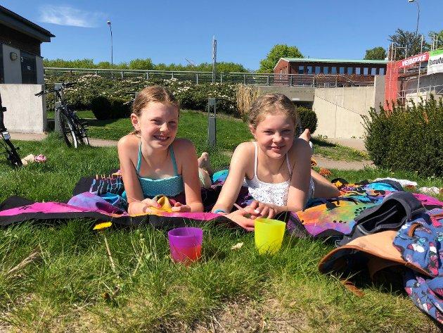 - Deilig vann! Leonora (11) og Emilie (13) Gudim hadde virkelig sommerfølelsen på Batteritomta tirsdag ettermiddag. - Vannet var nydelig, påsto jentene.