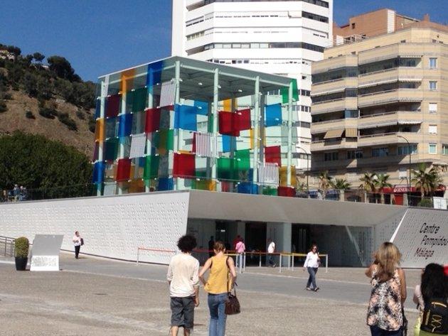 GODT EKSEMPEL: I Malaga i Spania har de en avdeling av Pompidou- museet som ikke dominerer omgivelsene. Det synlige er spennende og beskjedent, som et lite smykke, mens mesteparten av museet befinner seg under bakken.