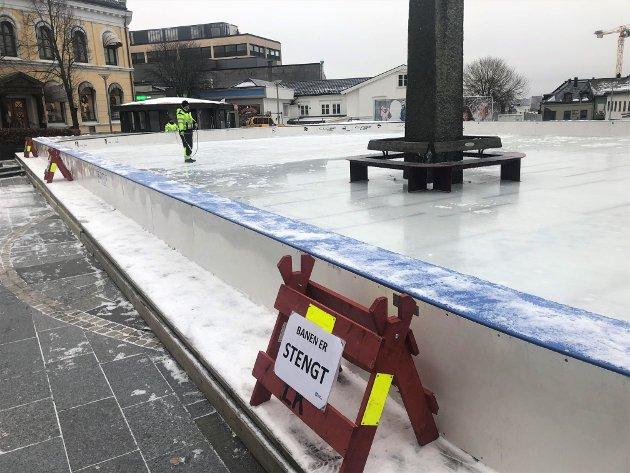 SNART KLAR: Skøytebanen på Torget er nå snart klar til bruk, men foreløpig er det uklart om den kan brukes den nærmeste tiden på grunn av koronareglene.