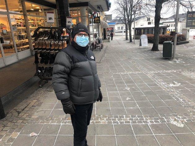 STØTTER PÅBUDET: Onsdag kom det nye restriksjoner i Larvik og da snakket ØP med Tarald Hole som  har brukt munnbind lenge. Nå blir alle i Larvik bedt om å følge hans eksempel.