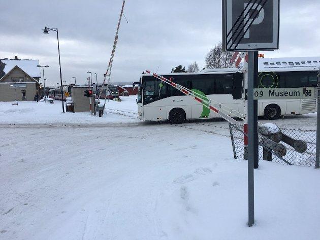 Her kjører bussen på jernbaneovergangen når det blinker rødt og bommene er på vei ned. Foto: Eirik Røe