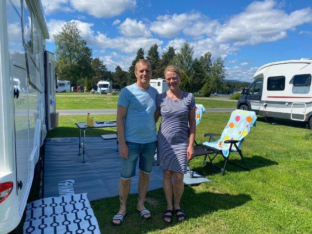 Turistene Ann-Kristin Strømme (58) og Arne Misund (65)  fra Molde har lett etter rømmegrøt og et sankthansaften-arrangement i Elverum uten hell.